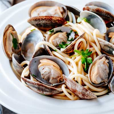 Mediterranean clams with spaghetti and parsley